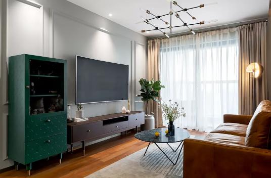 北欧风格装修效果图,客厅棕色沙发配墨绿背景墙效果不错