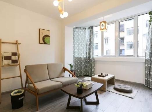 35平米简约风格公寓装修案例,灰白搭配原木家具很舒适